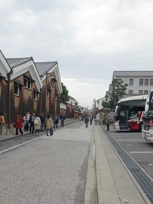 伏見の酒蔵と大型バス1911