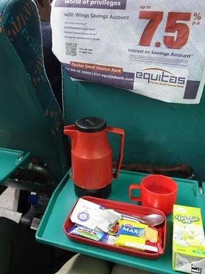 インド列車内のお茶のサービス1912