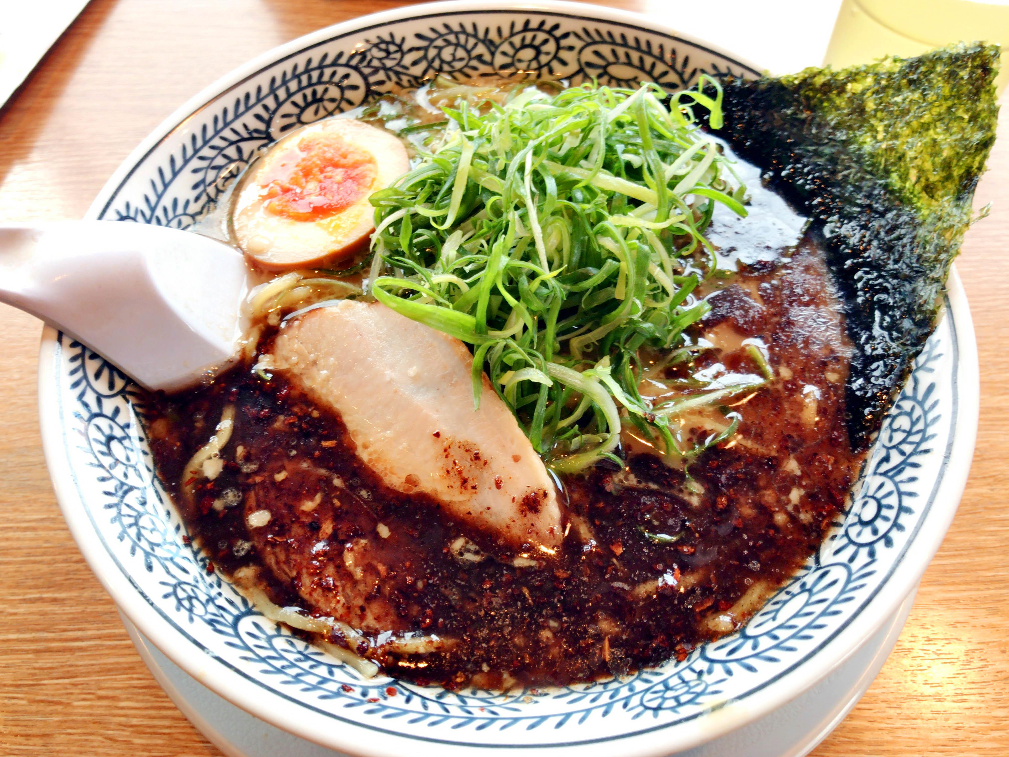 黒とんこつラーメン ドッカンねぎ入り 810円(税抜)