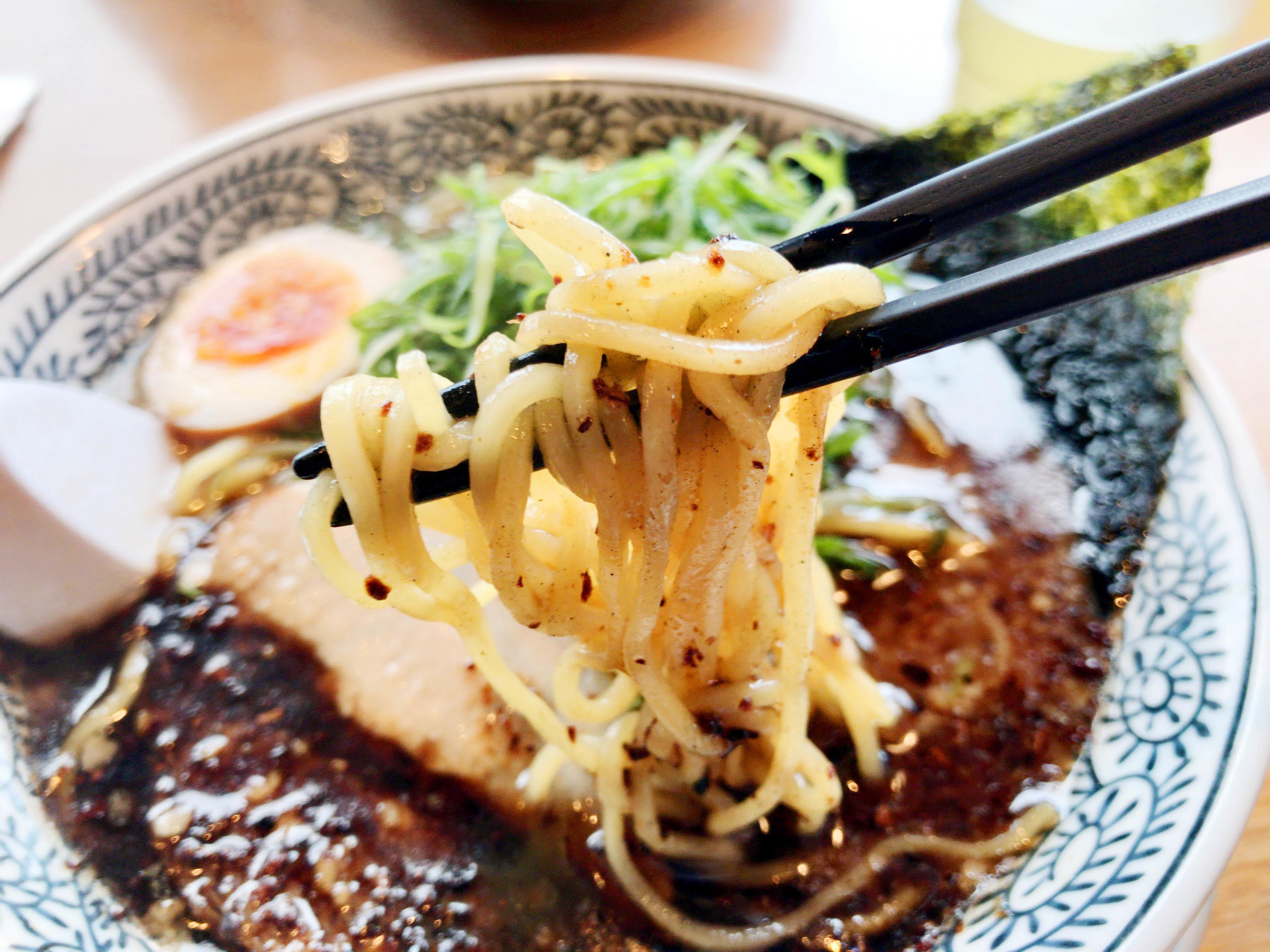 黒とんこつラーメン ドッカンねぎ入り 810円(税抜) 麺リフト