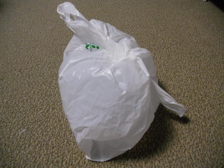 トイレットペーパー(ティッシュ)は新聞で代用、使用済み