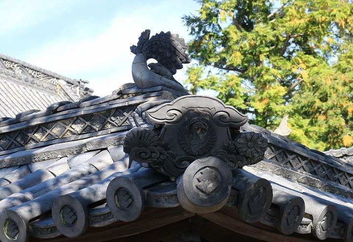 大坊寺の屋根に 大根とネズミ 瓦 30 11 16