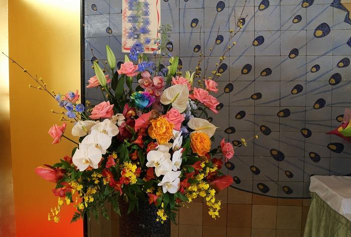 クジャクの羽の絵も花の飾りに 2 1 18