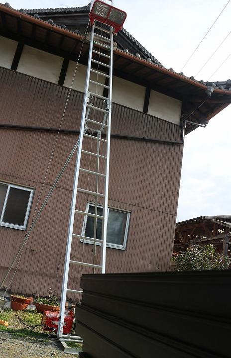 長いはしごで上がる納屋の屋根 2 2 25