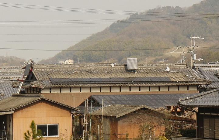 高瀬川の土手から納屋の屋根写真 2 2 25