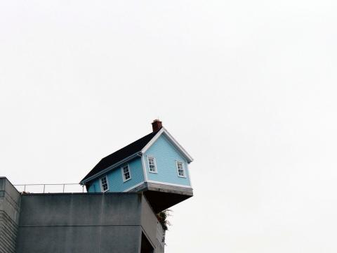 崖っぷちの家