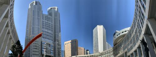 都民広場から都庁を見上げると