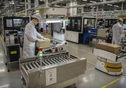 政府、部品供給網の中国依存からの脱却を目指し、工場を国内に回帰させる場合に費用の最大3分の2を補助する方針 … 約2400億円を緊急経済対策に盛り込む