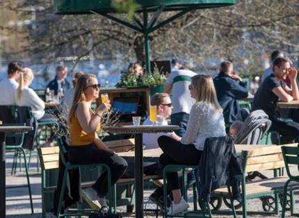 新型コロナ対策、封鎖をせず経済的打撃が少ないスウェーデンの独自路線が注目 … 人口の4分の1が感染する見通しだが、自主性を尊重し「集団免疫」獲得を目指す