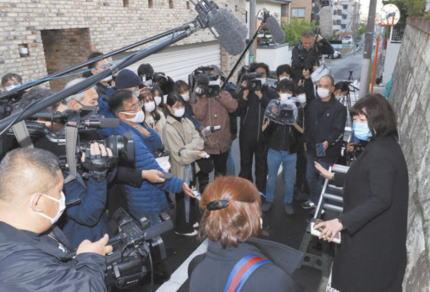 岡江久美子さんの自宅前に殺到するマスコミ、完全に「3密」無視で批判を浴びる … 「密集するなとか外出自粛とかどの口が言うか」「こんな時期だし代表1社でいいのでは?」