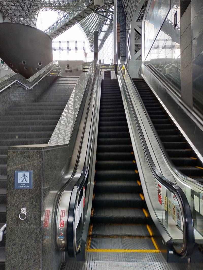 大階段下エレベータ
