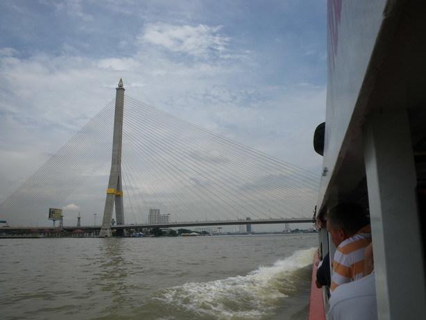 チャオ・プラヤ川の水上バスから ラマVIII世橋_サイズ変更