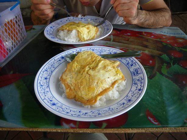 宿の前の屋台の朝食_サイズ変更