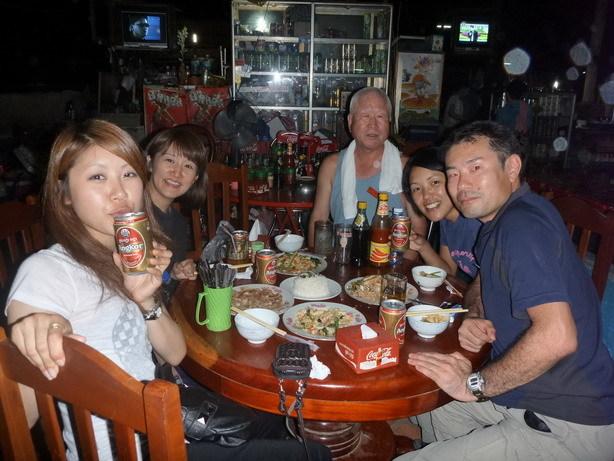 バスで一緒だった人たちと夕食 倉橋さん、佐藤さん、佐藤さん_サイズ変更