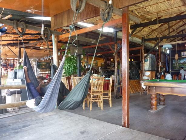宿のオープンカフェ1_サイズ変更