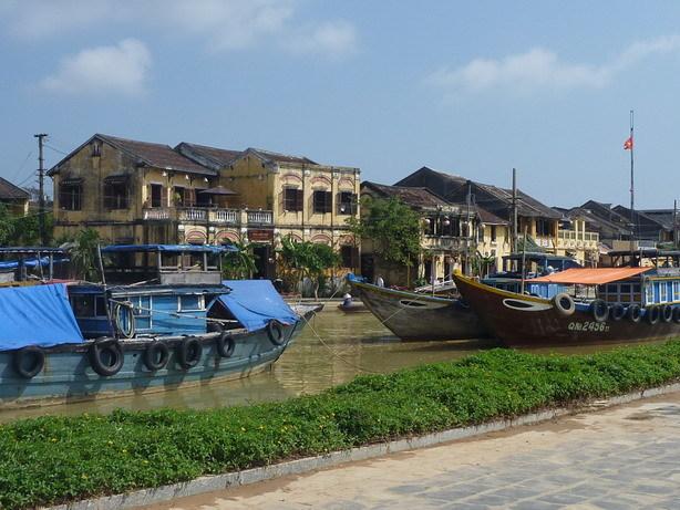 トゥボン川を挟んでホイアン旧市街_サイズ変更