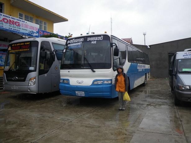フエのバスターミナルにて サバナケート行きのバス_サイズ変更