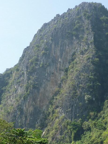 対岸の岩壁 なかなかのスケール_サイズ変更