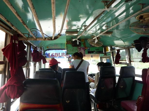 ローカルバスの車内_サイズ変更