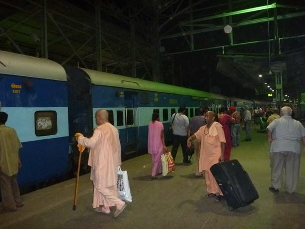 夜行列車 ムンバイ・セントラル駅にて_サイズ変更