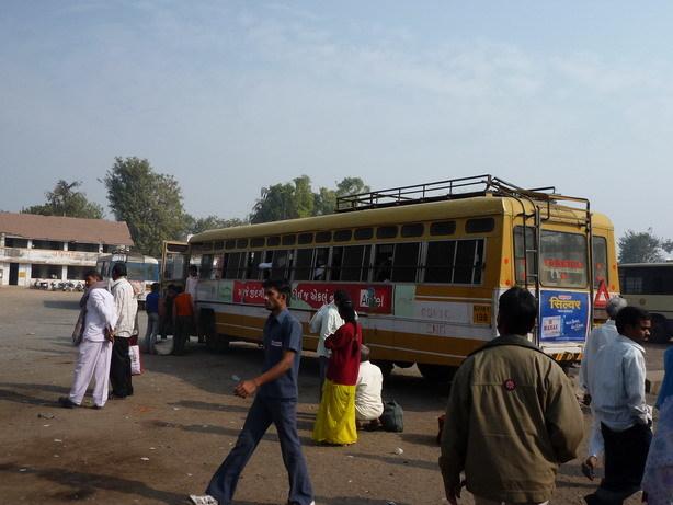 アダーラジ行きのローカルバス STCバススタンドにて_サイズ変更
