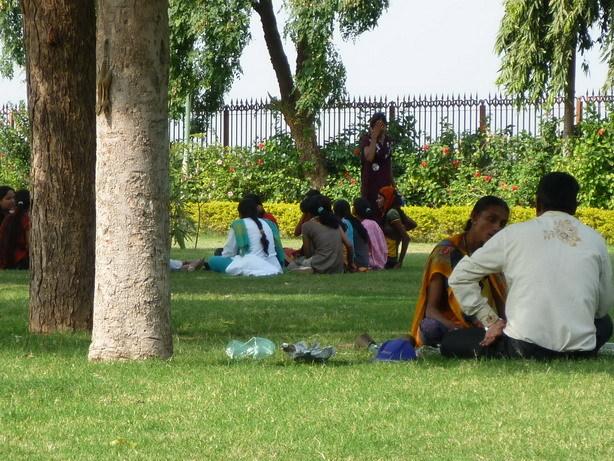 階段井戸の周りの緑地 くつろぐインド人たち_サイズ変更