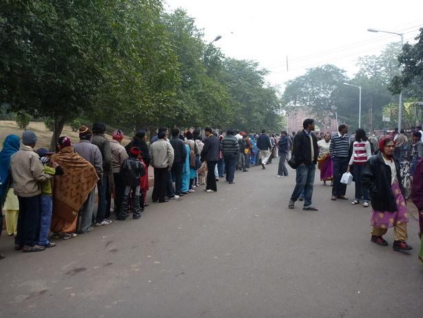 タージの入場を待つ人の列 昼前_サイズ変更