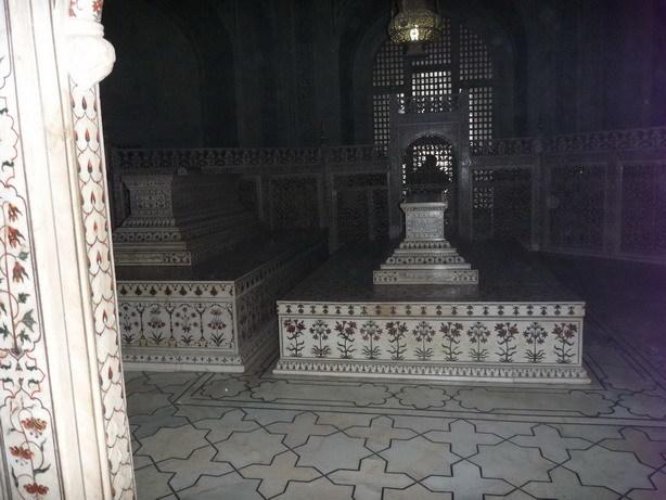 タージ内の棺 右が王妃 左がシャー・ジャハーンのもの_サイズ変更