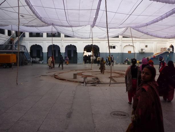 Guruの中庭 夜にはここで大勢のインド人が寝る_サイズ変更