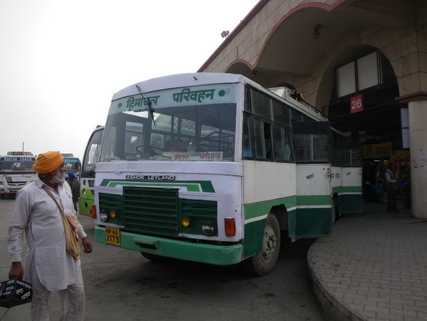 ダラムサラ行きのバス アムリトサルのバススタンドにて_サイズ変更
