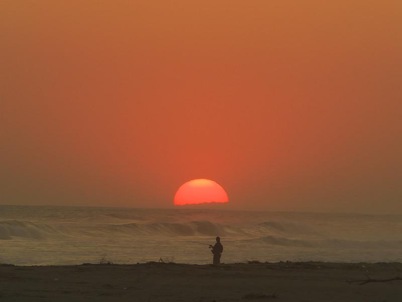 波と夕日と釣り人と・・・