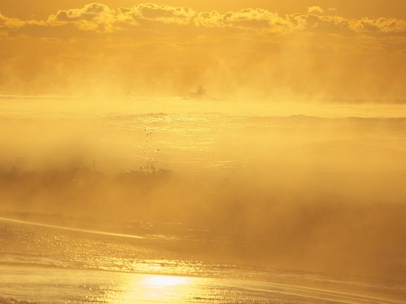 朝日と波と、けあらしと