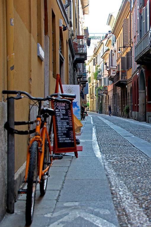 チョヴァッソ通りの自転車のある風景