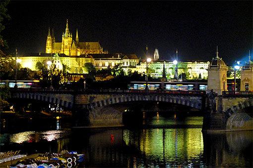プラハ城 ヴルタヴァ川越しの夜景