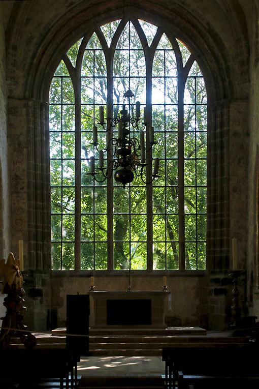 リュセルヌ・ドゥトゥルメール修道院の教会後陣の窓と外の緑