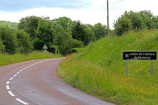修道院への道 右カーブ途中 右に修道院への道標
