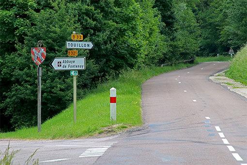 フォントネー修道院への道 分岐点 左が修道院への道