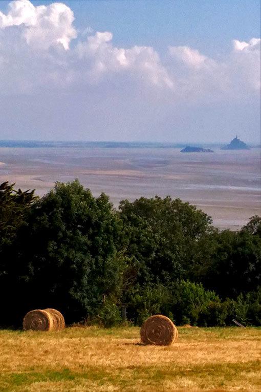 シャンポーの宿の窓からモンサンミシェルとその湾を望む