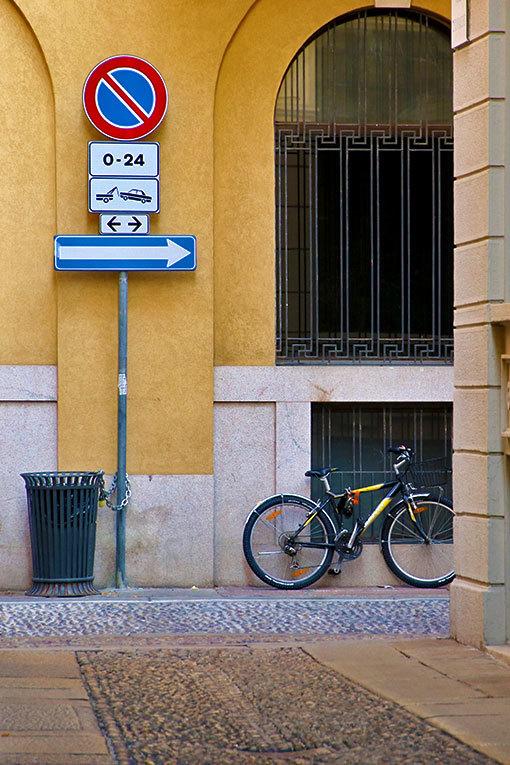 チョヴァッソ小路 通りの向こうの標識と自転車