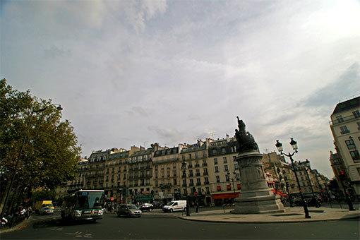 パリ クリシー広場 銅像と街並みと市バス