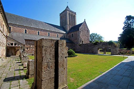 リュセルヌ・ドゥトゥルメール修道院の回廊跡から鐘楼望む