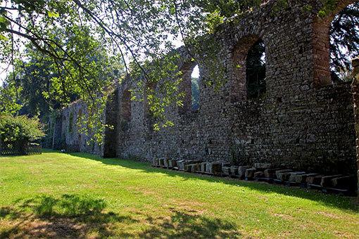 リュセルヌ・ドゥトゥルメール修道院 壁と緑