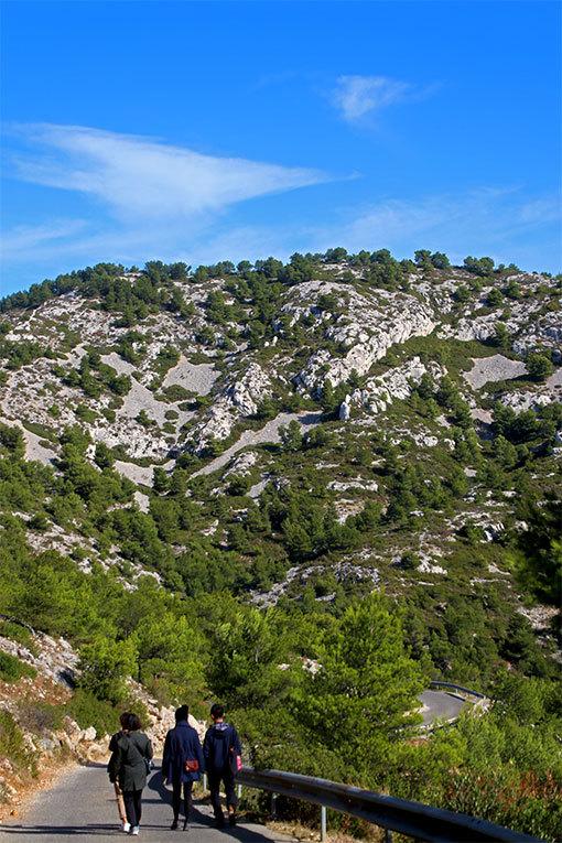 モルジウカランクへの道 頂上付近から下り 白い岩肌と前を行く4人組