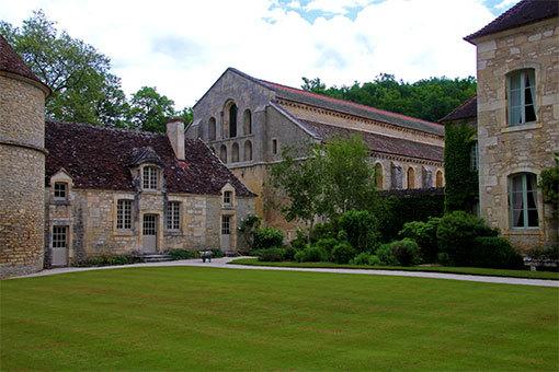フォントネー修道院 手前の緑の芝と静寂な建物たち