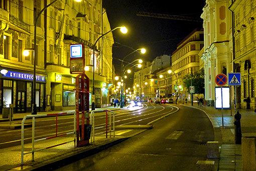 ナーロドニー通りの夜景 カーブする道と街灯