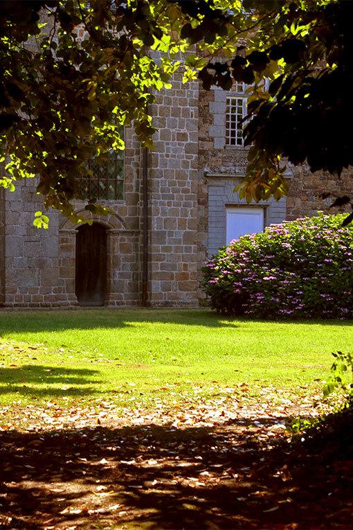フォントネー修道院寸景 緑の向こうのレンガの建物