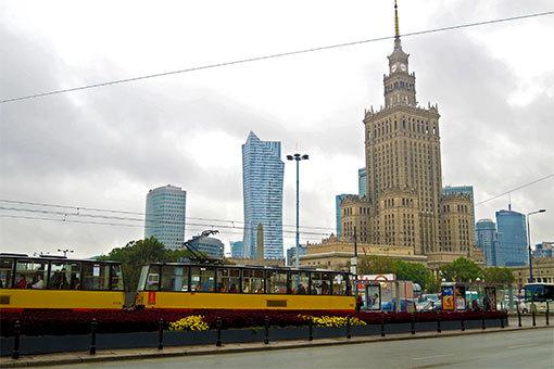ワルシャワ文化科学宮殿前を行くトラム