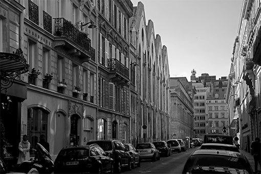 コンセルヴァトワール通り サントゥージェーヌ教会の屋根も モノクロ写真