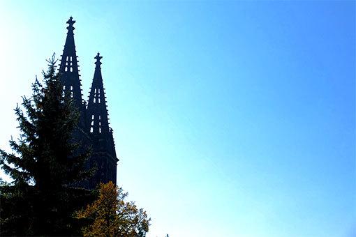 ヴィシェフラットの聖ペテロ・パウロ教会の尖塔と紅葉と青空