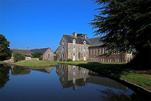 池に映る逆さリュセルヌ・ドゥトゥルメール修道院